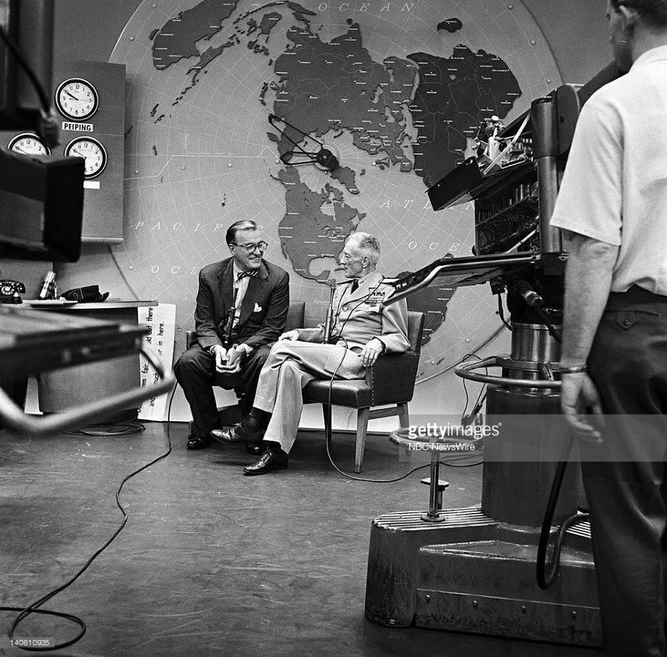 Admiral Byrd snima intervju ispred mape ravne Zemlje. Zašto?