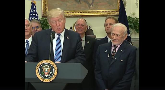 Buzz Aldrinovo lice je apsolutno smiješno kada Donald J. Trump govori o svemiru